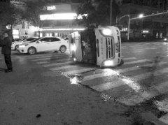 救护车闯红灯送病人紧急转院撞车侧翻